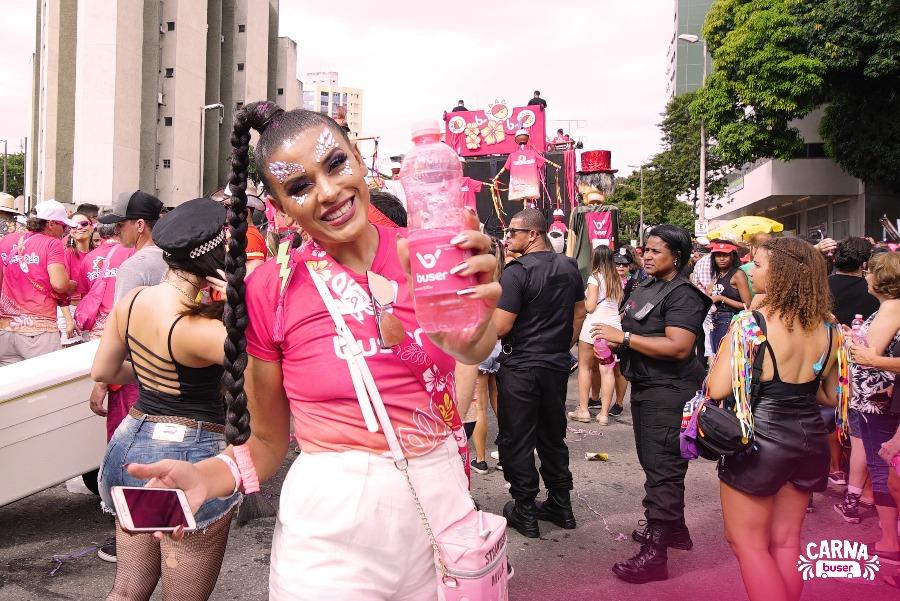 Paloma curtiu seu primeiro carnaval em BH com a bartucada. Foliã está na foto e bloco ao fundo.