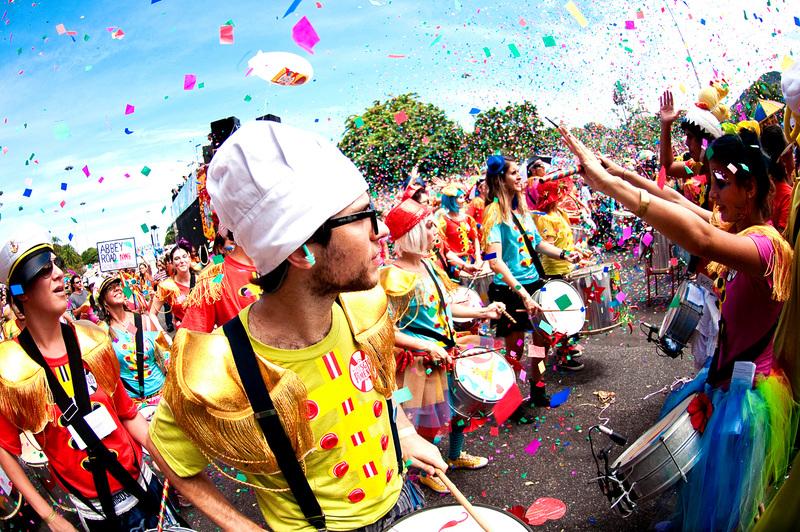 Dicas para o carnaval de BH são importantes para aproveitá-lo de forma econômica. Na foto, um grupo de foliões aproveita o carnaval de rua em BH