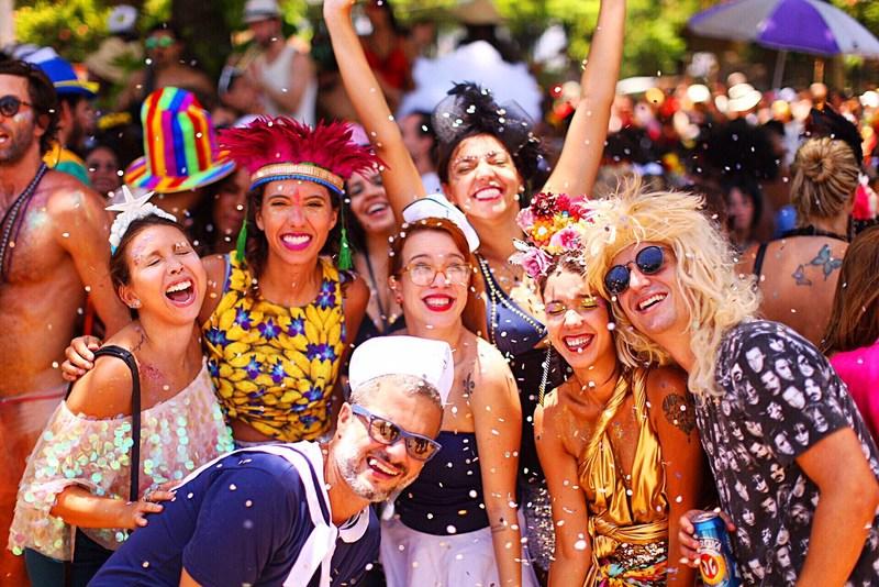 Conheça as dicas para o carnaval. Na foto, foliões aproveitam a festa na rua.