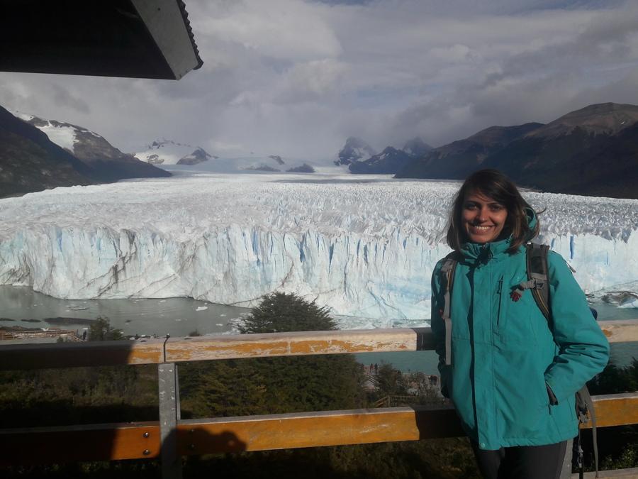 Jessica na Patagônia e apaixonada pela Buser. No fundo na imagem existe neve ela está fortemente agasalhada.