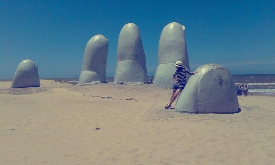 """Bia Ribeiro no monumento """"La Mano"""" em Punta del Este"""