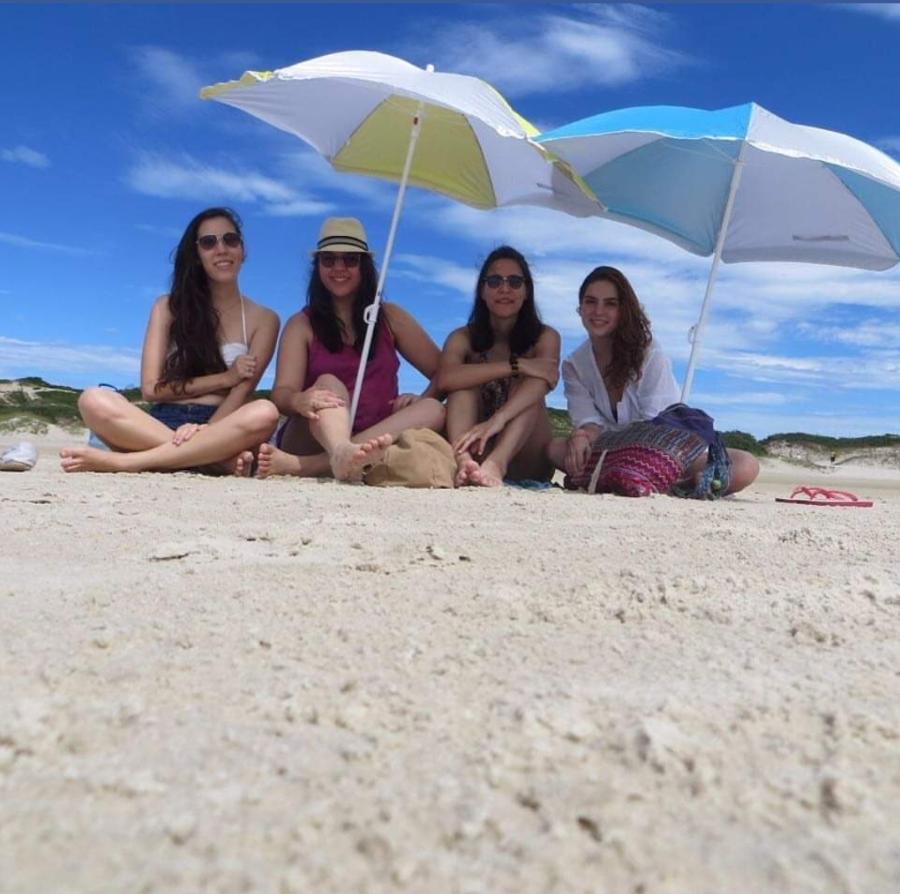 Eller araujo com suas amigas na praia em Florianópolis