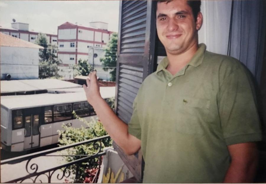Ricardo Sortica da Santa Maria Turismo em frente ao seu primeiro ônibus