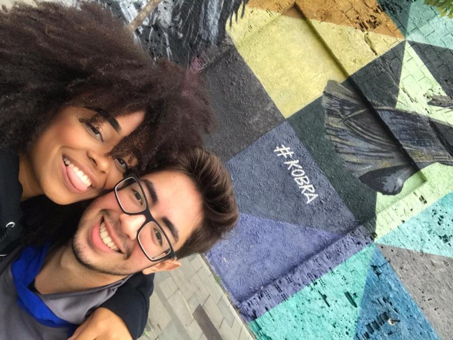 Esther e Lucas, casal de violistas que namora à distância e estará assim no Dia dos Namorados