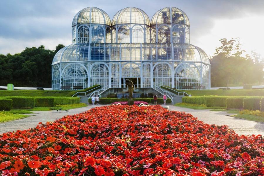 Curitiba é uma cidade com excelentes atrativos turísticos e muito boa para viajar de ônibus.