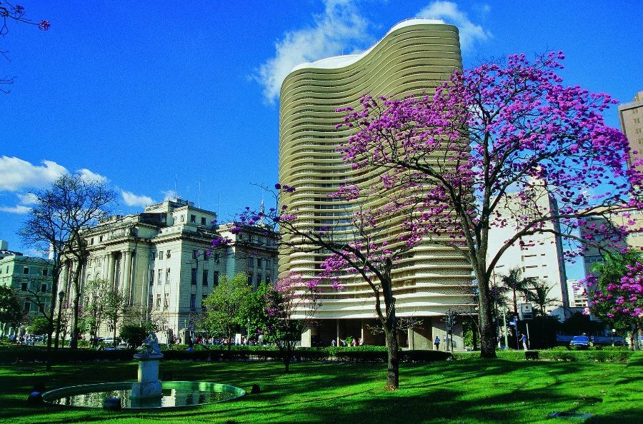 Foto do prédio projetado por Niemayer em Belo Horizonte, cidade ideal para viajar de ônibus.