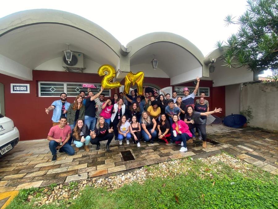 Equipe da Buser, empresa de intermediação de transporte no dia em que comemoraram 2 milhões de usuários