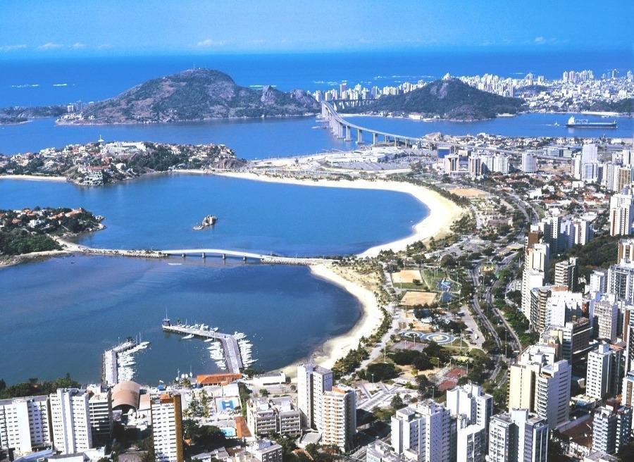 Foto aérea da capital do Espírito Santo, Vitória. Destino ideal para viajar de ônibus.