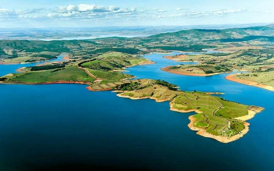 Foto do Lago de Furnas, em Alfenas: uma das cidades do interior de Minas Gerais ideais para relaxar.