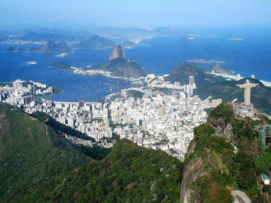 O Rio de Janeiro é um destino clássico no feriado de 7 de setembro ou fora dele. Foto com vista aérea do corcovado e pão de açúcar
