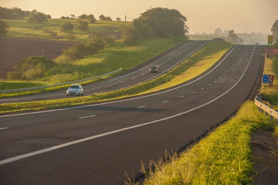 as estradas do sul do Brasil são conhecidas por suas belezas. Na foto, estrada duplicada com dois carros no sul