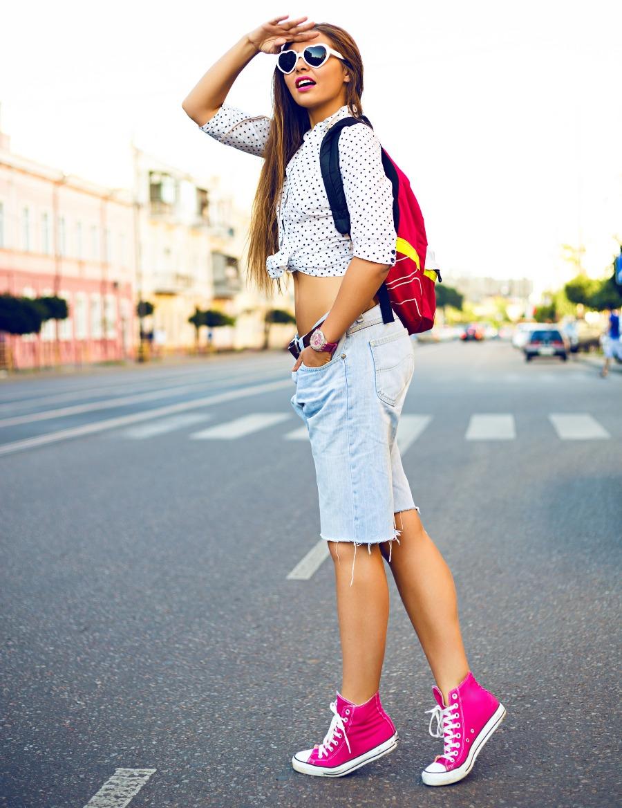 look clássico com tênis e mochila para viajar de ônibus